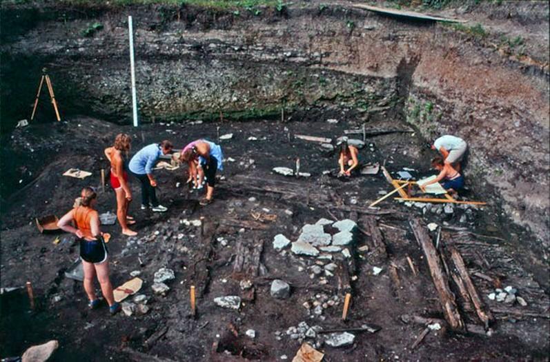 Viikinkiaikaisen talonpohjan kaivaus Staraja Ladogassa. Kuva P. Uino 1985
