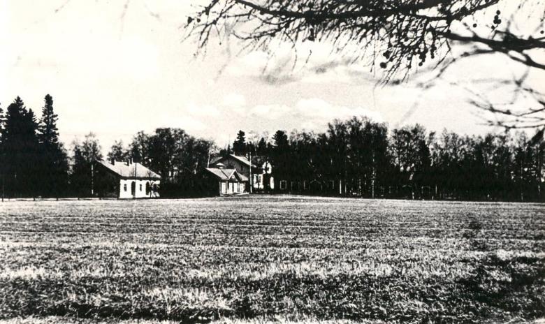 Kuvan taustalla Wiksbergin kartano ja vasemmalla meijerirakennus. Kuva: Forssan museo, Finlaysonin kokoelma. Finna.fi CC BY 4.0