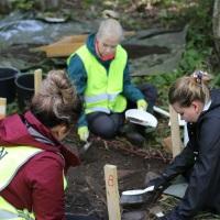 Forssan Yhteislyseon oppilaita kaivamassa Wiksbergin kartanolla.