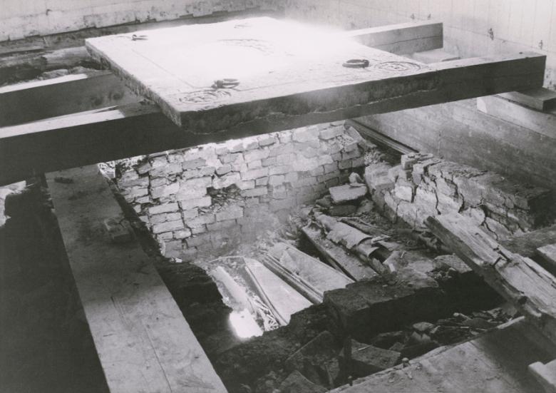 Tornion kirkon lattian alta on dokumentoitu 30 kivestä, hirrestä ja tiilestä rakennettua hautakammiota arkkuineen. Kuva: Tornionlaakson museo – Tornedalens museum, kuva-arkisto.