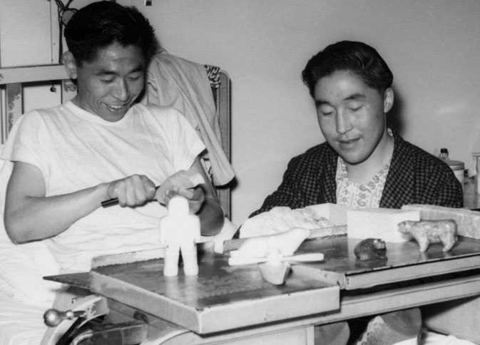 Inuit men carving soapstone in bed as part of their occupational therapy tuberkuloosi